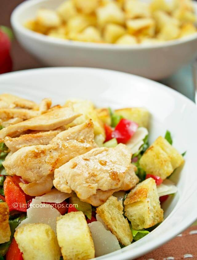 Little Cooking Tips Garlicky green salad with chicken, parmesan and croutons